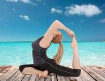 做瑜伽锻炼的愉快的少妇 库存图片