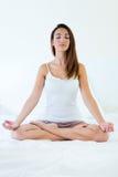 做瑜伽锻炼的美丽的少妇 库存照片