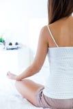 做瑜伽锻炼的美丽的少妇 图库摄影
