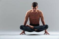 做瑜伽锻炼的英俊的人 图库摄影