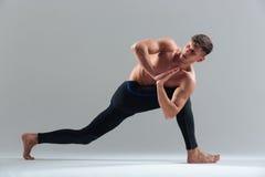 做瑜伽锻炼的年轻人 免版税库存照片