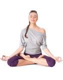 做瑜伽锻炼Padmasana (莲花姿势)的少妇。 库存图片