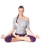 做瑜伽锻炼Padmasana (莲花姿势)的少妇。 免版税库存照片