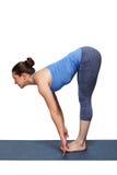 做瑜伽asana Uttanasana -站立的向前弯的妇女 库存照片
