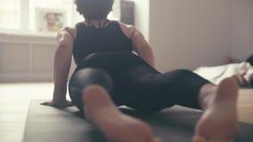 做瑜伽asanas的少妇的腿在大厅里 影视素材