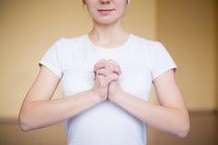 做瑜伽mudra乌龟的一个精神少妇的画象 库存图片
