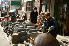 做瓦片的工匠在街道 库存照片