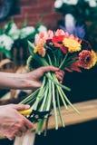 做生动的花束的花编排者 免版税图库摄影