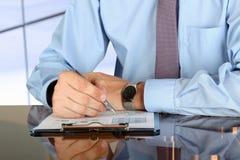 做生意的商人,坐在他的书桌在办公室, 库存照片