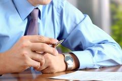做生意的商人,坐在他的书桌在办公室, 库存图片