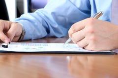 做生意的商人,坐在他的书桌在办公室, 免版税库存照片