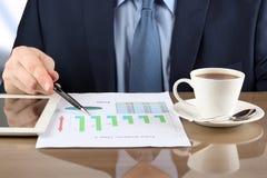 做生意的商人,坐在他的书桌在办公室, 免版税库存图片