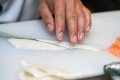 做生鱼片的厨师在厨房里 免版税库存图片