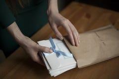 做用包裹礼物的人工为假日 免版税图库摄影