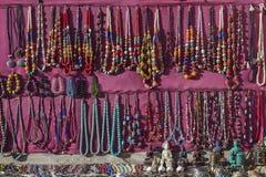 做用地方工匠和被卖在市场上的亚洲手工制造纪念品在加德满都,尼泊尔 免版税库存图片