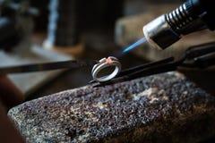 做用火焰火炬的工艺jewelery 免版税图库摄影