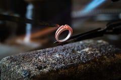 做用火焰火炬的工艺jewelery 免版税库存照片
