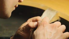 做由冶金匠的珠宝圆环的最后部分木匠业商店慢动作的 股票录像
