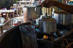 做由金属制成的器物的印度传统队 库存图片