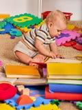 做由婴孩的儿童难题 孩子竖锯开发孩子 库存照片