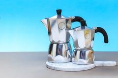 做由moka罐的意大利咖啡传统 免版税库存图片
