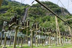 做电的发电站由一个水力发电厂 免版税库存照片