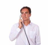 做电话交谈的成人人 库存图片