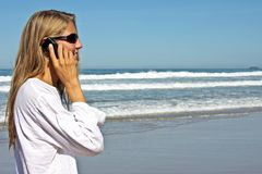 做电话妇女年轻人的白肤金发的企业&# 免版税库存图片