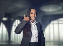 做电话我的可爱的女实业家姿态 免版税图库摄影