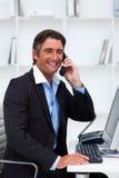 做电话的有吸引力的生意人购买权 库存照片