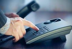 做电话的生意人购买权 免版税库存照片