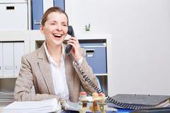 做电话的高级女商人 免版税图库摄影