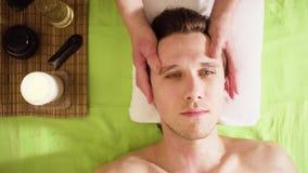 做男性面孔的按摩治疗师的手 股票录像