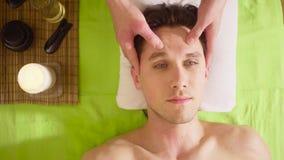 做男性面孔的按摩治疗师的手 股票视频