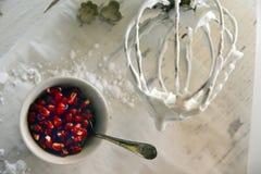 做白色圣诞节甜蛋白甜饼用石榴 库存照片