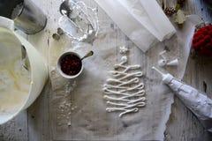 做白色圣诞节甜蛋白甜饼用石榴 库存图片
