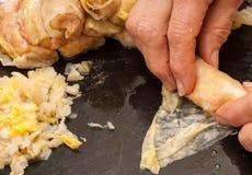 做白菜卷肉卷罗马尼亚sarmale,生肉,圆白菜,烟肉,莳萝 免版税库存照片