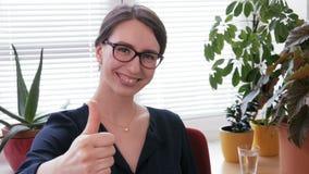 做的井-一名笑的女实业家显示赞许标志 股票视频