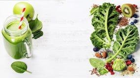 做的健康绿色圆滑的人或沙拉成份 免版税库存照片