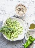 做的午餐-水菰,芦笋,硬花甘蓝,在轻的背景,顶视图的青豆成份 免版税库存照片