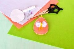 做的复活节彩蛋图象 剪刀,毛毡,别针,纸模板-缝合的集合复活节彩蛋 库存照片