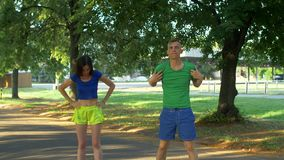 做的夫妇舒展锻炼在奔跑前 股票视频