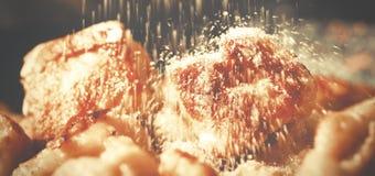 做的家油煎了懒惰饺子用酸奶干酪,在上面的糖 库存图片