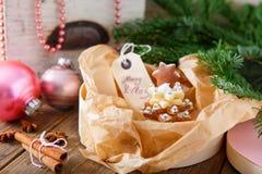 做的家烘烤了圣诞节姜饼树作为礼物 库存图片
