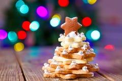 做的家烘烤了圣诞节姜饼树作为礼物 免版税图库摄影