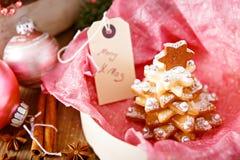 做的家烘烤了圣诞节姜饼树作为礼物 免版税库存图片