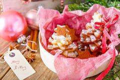 做的家烘烤了圣诞节姜饼树作为礼物 免版税库存照片