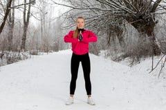 做的少妇舒展锻炼在冬天 库存图片