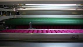 做的床垫,机器工厂运输在鞘包装的独立弹簧块的传动机 股票视频