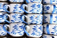 做的批量陶瓷咖啡杯现有量 免版税库存图片